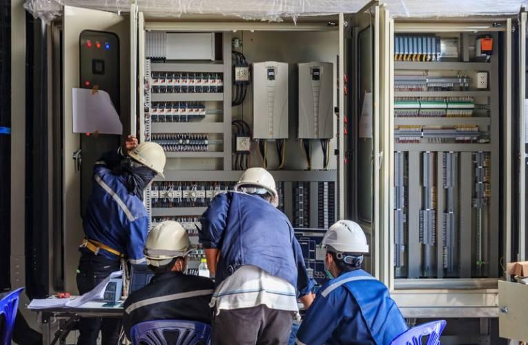 Ile zarabia elektryk, elektronik i elektromechanik w Polsce?