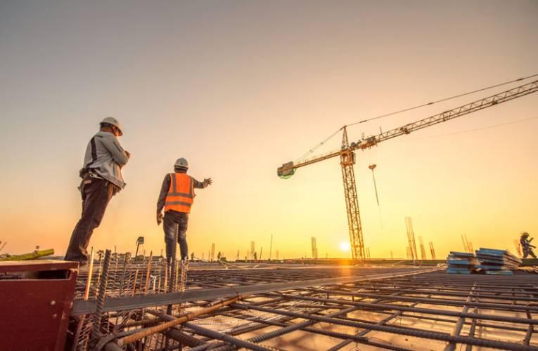 Ile zarabia kierownik budowy? Jakie obowiązki ma kierownik budowy?